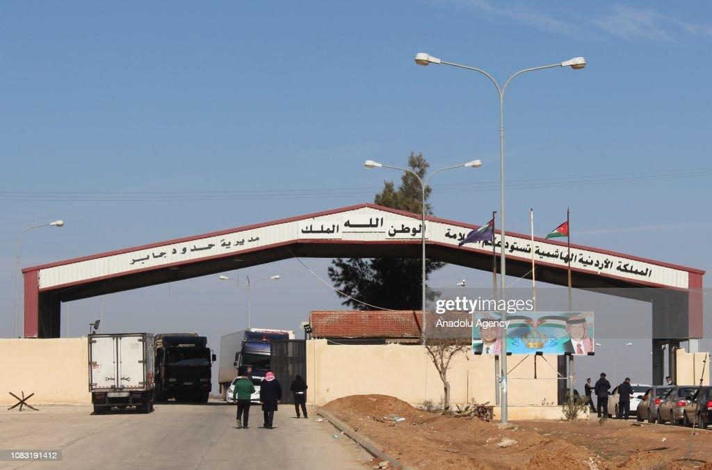 Border gate procedures make difficult the crossing between Syria-Jordan : News Photo