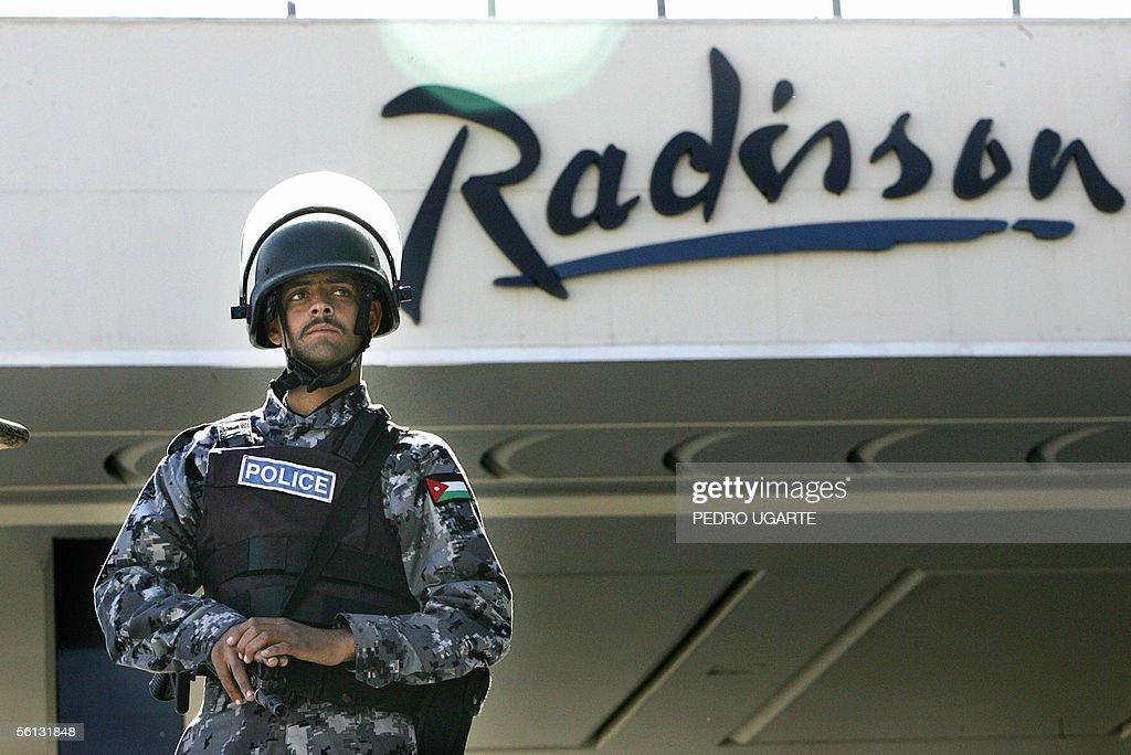 A Jordanian policeman stands guard in fr : News Photo