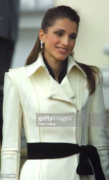 Jordanian Queen Rania arrives at Bellevue Palace October 22 2002 in Berlin Germany Queen Rania and her husband King Abdullah are on a fourday visit...