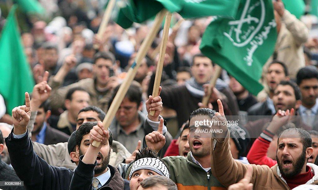 Jordanians and Palestinians chant slogan : News Photo