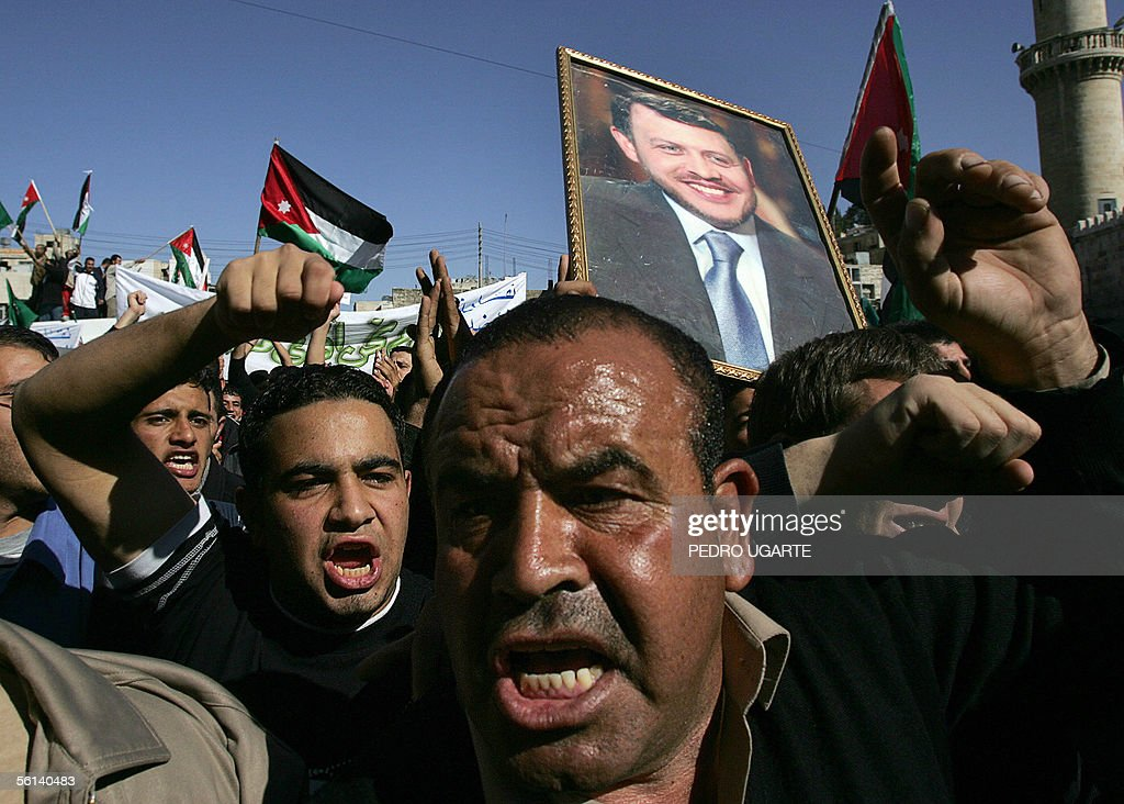 Jordanians shout as they take part in a : News Photo