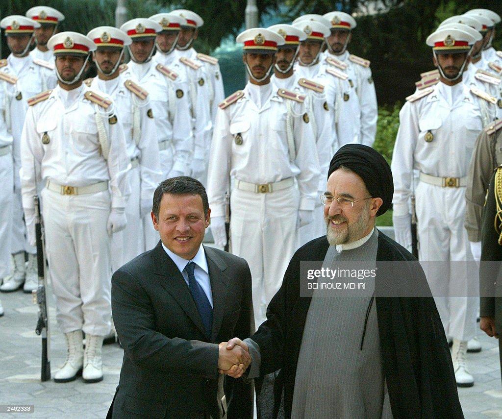 Jordan's  King Abdullah II (L) shakes ha : News Photo