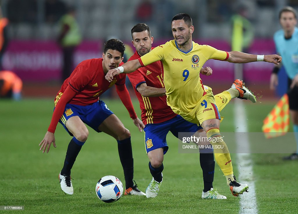 Jordi Alba (C) of Spain vies for the ball against Florin Andone (R) of Romania during the friendly football match between Romania and Spain in Cluj Napoca, Romania on March 27, 2016. / AFP / DANIEL
