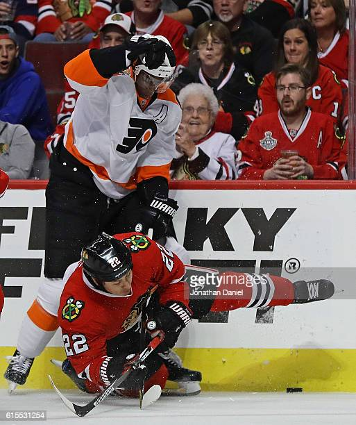 Jordin Tootoo of the Chicago Blackhawks collides with Wayne Simmonds of the Philadelphia Flyers as they battle for the puck at the United Center on...