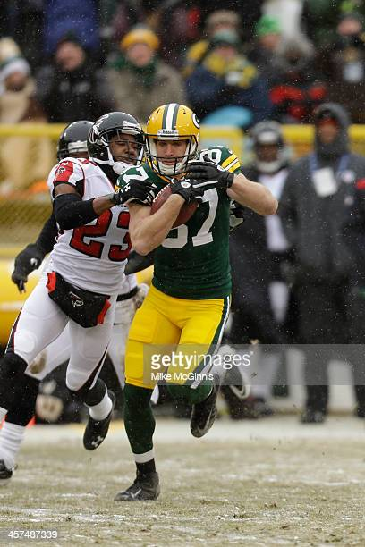 Jordy Nelson of the Green Bay Packers runs with the footbal after making a catch during the second half of play against the Atlanta Falcons at...