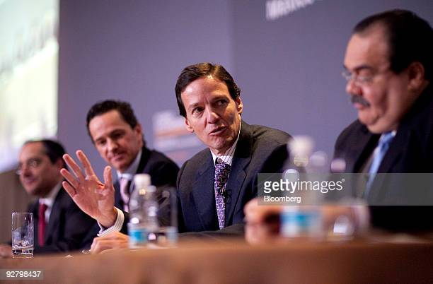 Jorge Alegria Formoso director general of the Mexican Derivatives Exchange MexDer left to right Pablo Gonzalez director general of Kimberly Clark de...