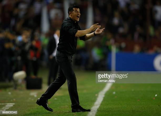 Jorge Almiron coach of Lanus gives instructions to his players during a second leg match between Lanus and River Plate as part of the semifinals of...