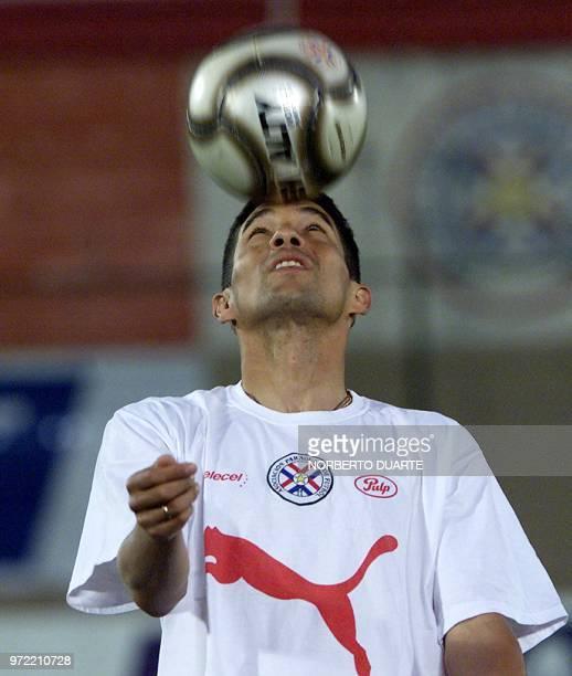 Jorge Campos de la selección paraguaya de fútbol participa en una práctica en Asunción Paraguay el 14 de noviembre de 2003 Paraguay enfrentará a la...