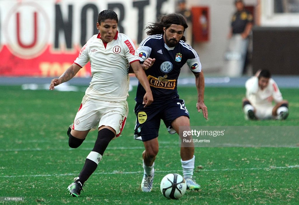 Jorge Cazulo (R) of Sporting Cristal fights for the ball with Raul Ruidiaz (L) of Universitario during a match between Sporting Cristal and Universitario as part of the Torneo Descentralizado 2013 at the National Stadium on April 28, 2013 in Lima, Peru