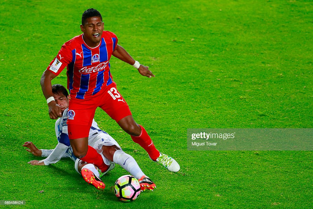 Jorge Hernandez of Pachuca fights for the ball with Carlos Costly of Olimpia during a match between Pachuca and Olimpia as part of Liga de Campeones CONCACAF Scotiabank 2016/17 at Hidalgo Stadium on August 02, 2016 in Pachuca, Mexico.
