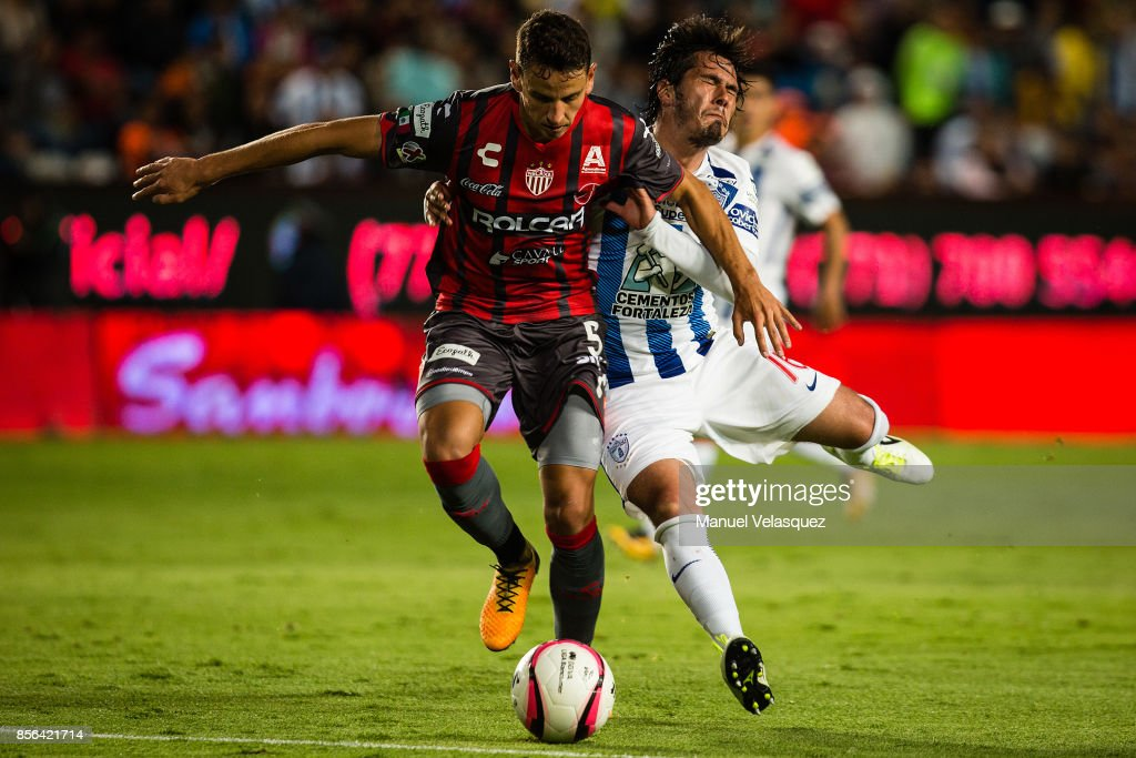 Jorge Hernandez (R) of Pachuca struggles for the ball with Igor Lichnovsky (L) of Necaxa during the 12th round match between Pachuca and Necaxa as part of the Torneo Apertura 2017 Liga MX at Hidalgo Stadium on September 30, 2017 in Pachuca, Mexico.