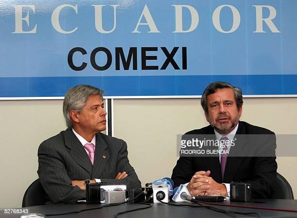 Jorge Humberto Botero , ministro de Comercio de Colombia, escucha a su homologo ecuatoriano Oswaldo Molestina durante una rueda de prensa en Quito,...