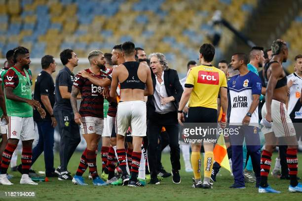 Jorge Jesus head coach of Flamengo reacts with his players after the equalizer match between Flamengo and Vasco as part of Brasileirao Seria A 2019...