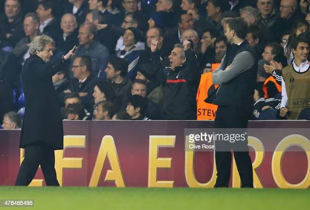 Jorge Jesus manager of Benfica gestures with three fingers towards Tim Sherwood manager of Tottenham Hotspur during the UEFA Europa League Round of...
