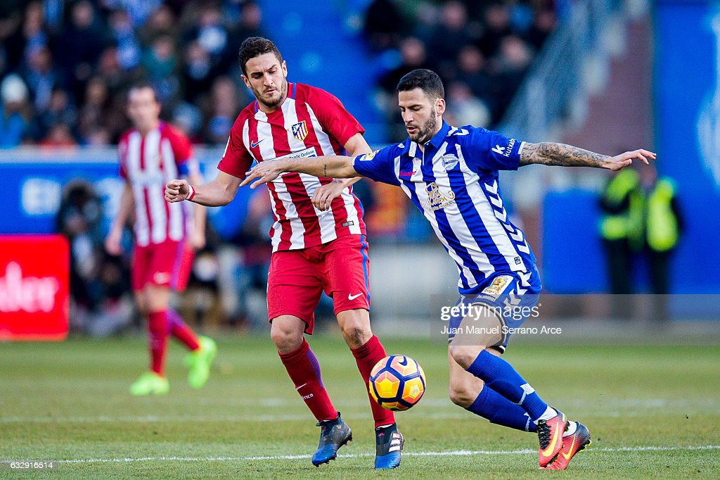 Jorge Resurreccion 'Koke' of Atletico Madrid duels for the ball with Edgar Mendez of Deportivo Alaves during the La Liga match between Deportivo Alaves and Atletico Madrid at Mendizorroza stadium on January 28, 2017 in Vitoria-Gasteiz, Spain.