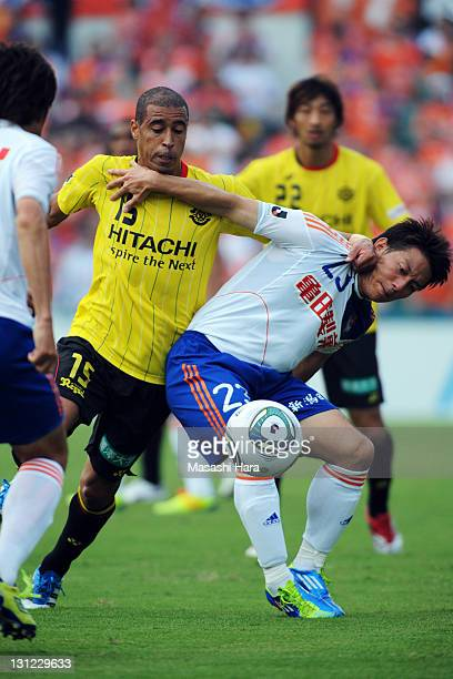 Jorge Wagner of Kashiwa Reysol and Atomu Tanaka of Albirex Nigata compete for the ball during JLeague match between Kashiwa Reysol and Albirex...