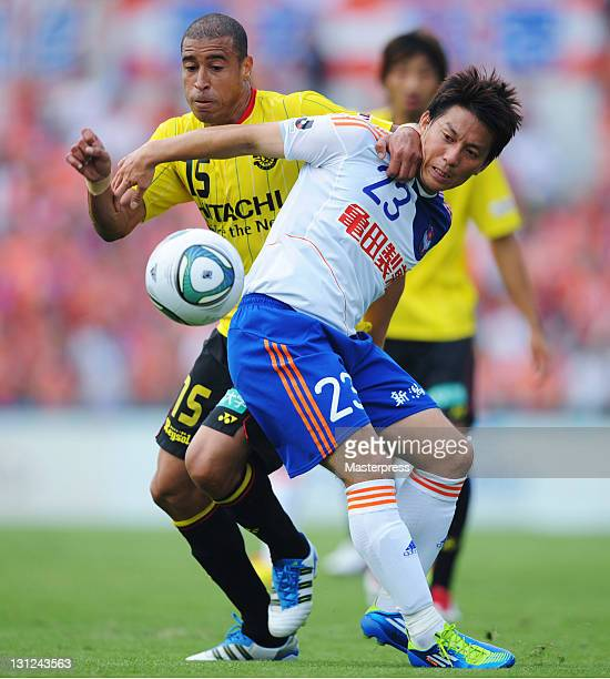 Jorge Wagner of Kashiwa Reysol and Atomu Tanaka of Albirex Niigata compete for the ball during JLeague match between Kashiwa Reysol and Albirex...