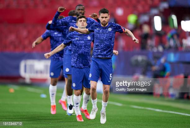 Jorginho of Chelsea FC and team mates warm up prior to the UEFA Champions League Quarter Final Second Leg match between Chelsea FC and FC Porto at...