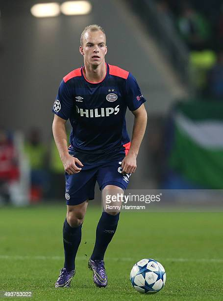 Jorrit Hendrix of Eindhoven runs with the ball during the UEFA Champions League Group B match between VfL Wolfsburg and PSV Eindhoven at Volkswagen...