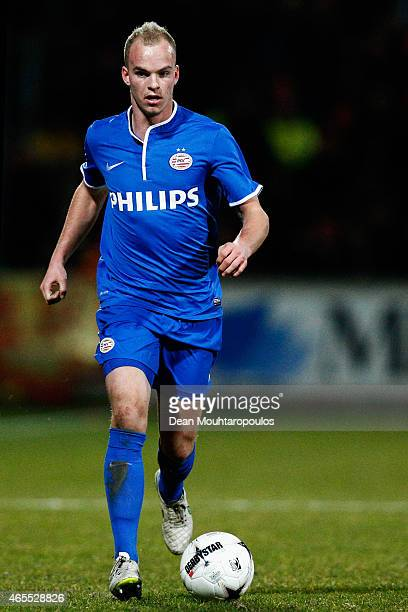 Jorrit Hendrix of PSV in action during the Dutch Eredivisie match between Go Ahead Eagles and PSV Eindhoven held at the De Adelaarshorst Stadium on...
