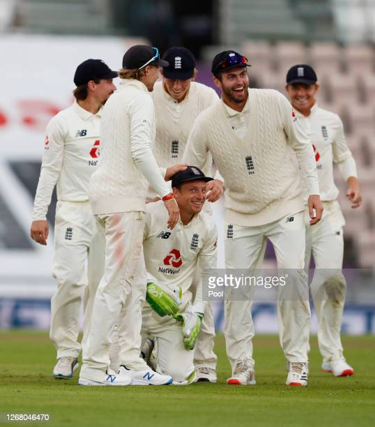 Jos Buttler is congratulated bu Zak Crawley, Dom Sibley and Joe Root after taking the catch of Shaheen Afridi of Pakistan during Day Three of the 3rd...
