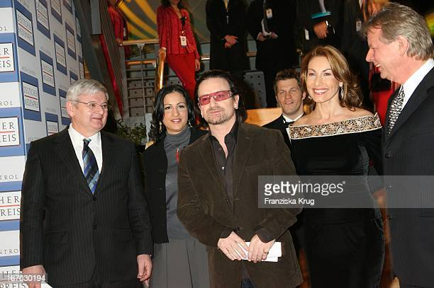 """Joschka Fischer Mit Ehefrau Minu Und Bono Und Karlheinz Kögel Bei Der Verleihung Des """"Deutschen Medienpreis"""" An U2_Sänger_Bono Im Kurhaus In Baden..."""