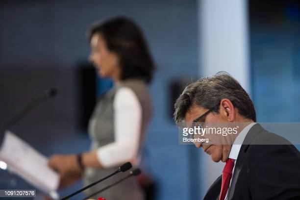 Jose Antonio Alvarez chief executive officer of Banco Santander SA right and Ana Botin chairman of Banco Santander SA left attend a news conference...