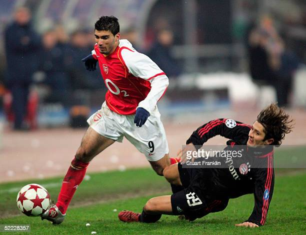 Jose Antonio Reyes of Arsenal battles with Bixente Lizarazu of Munich during the Champions League last second round first leg match between Bayern...