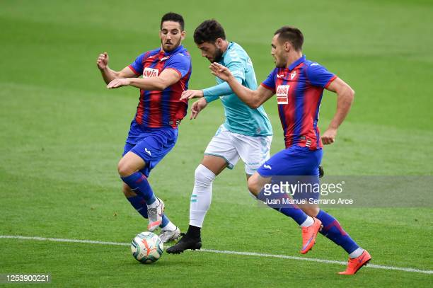 Jose Arnaiz of CA Osasuna is challenged by Paulo Oliveira and Pedro Bigas of SD Eibar during the Liga match between SD Eibar SAD and CA Osasuna at...