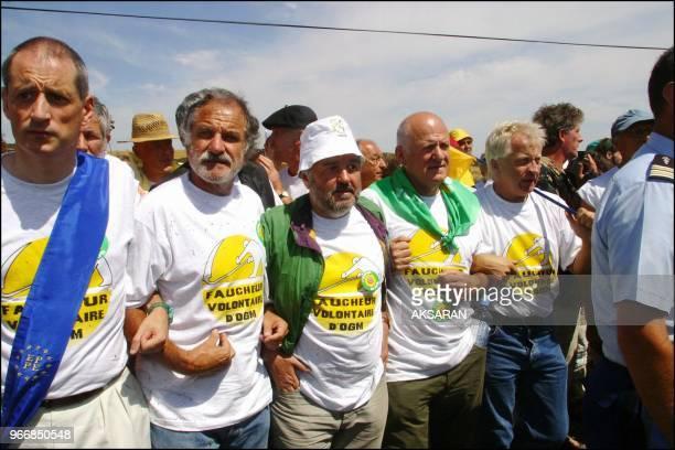 Jose Bove et 1500 militants anti-OGM a Menville ont symboliquement fauche une parcelle de mais transgenique dans un champ de la societe Pioneer. A...