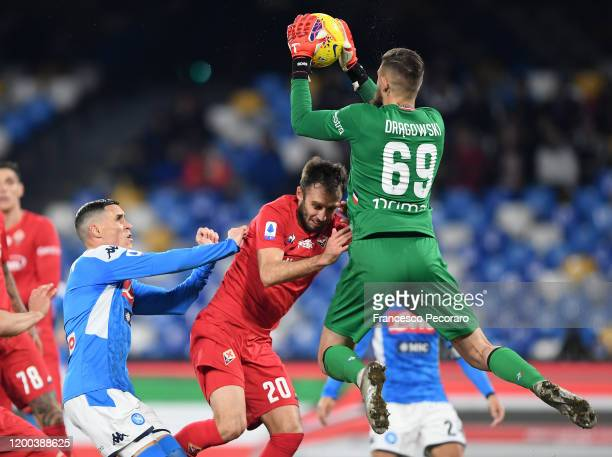 Jose Callejon of SSC Napoli vies with German Pezzella and Bartlomiej Dragowski of ACF FIorentina during the Serie A match between SSC Napoli and ACF...