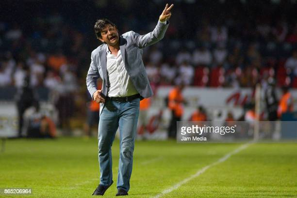 Jose Cardozo coach of Veracruz gives instructions to his players during the 14th round match between Veracruz and Chivas as part of the Torneo...