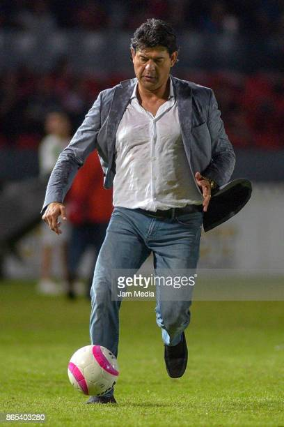 Jose Cardozo coach of Veracruz runs for the ball during the 14th round match between Veracruz and Chivas as part of the Torneo Apertura 2017 Liga MX...