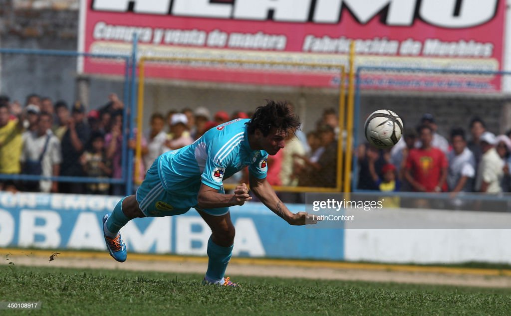 Jose Carlos Fernandez of Sporting Cristal scores during a match between Union Comercio and Sporting Cristal as part of the Torneo Descentralizado at IDP of Moyabamba stadium on November 16, 2013 in Moyabamba, Peru.