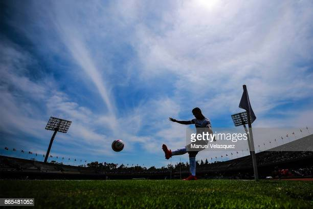 Jose Carlos Van Rankin of Pumas takes a corner kick during the 14th round match between Pumas UNAM and Monterrey as part of the Torneo Apertura 2017...