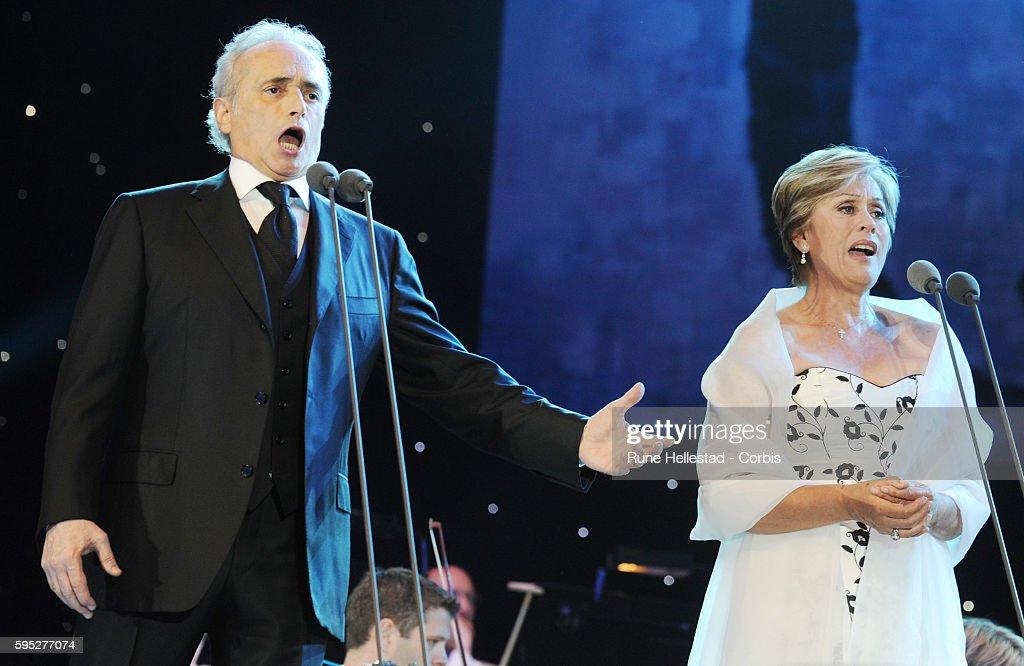 Jose Carreras and Kiri Te Kanawa perform at the 'Last Night Of The Proms' in Hyde Park.