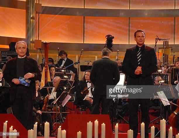 Jose Carreras Axel Bulthaupt dahinter OrchesterMusiker ARDBenefizShow Jose Carreras Gala 2006 Neue Leipziger Messehalle Leipzig Sachsen Deutschland...