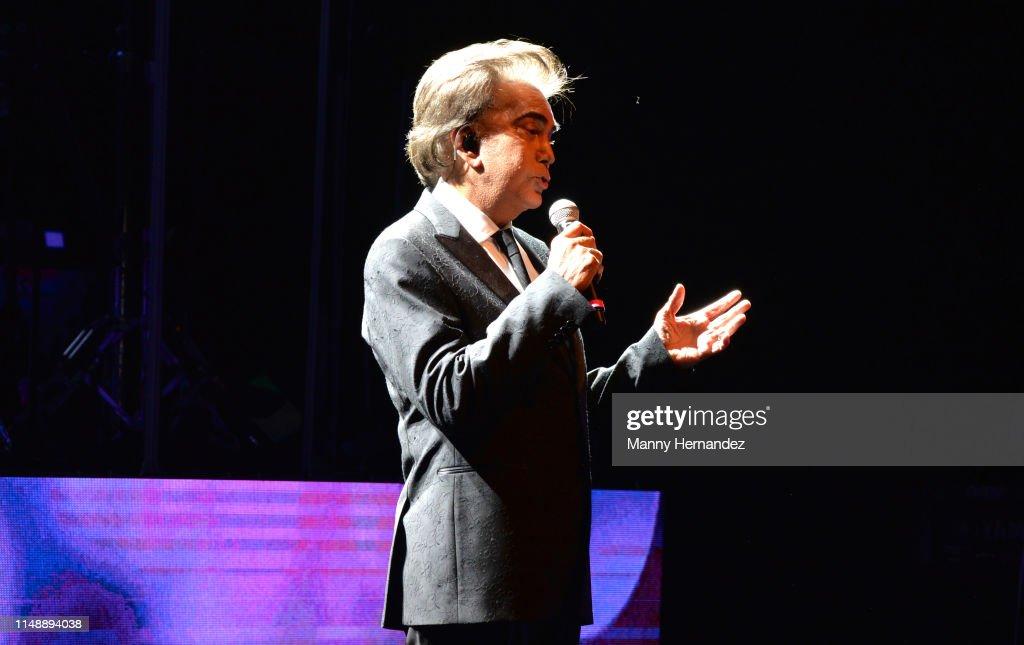 Jose Luis Rodriguez El Puma In Concert - Miami Beach, FL : Fotografía de noticias
