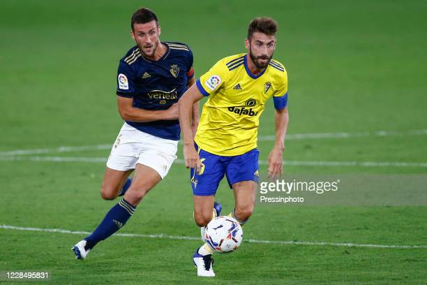 Jose Mari Martin of Cadiz CF and Oier Sanjurjo of CA Osasuna during the La Liga match between Cadiz CF and CA Osasuna played at Ramon de Carranza...