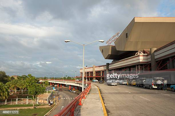 jose marti international airport drop-off zone in havana, cuba - jose marti airport stock pictures, royalty-free photos & images