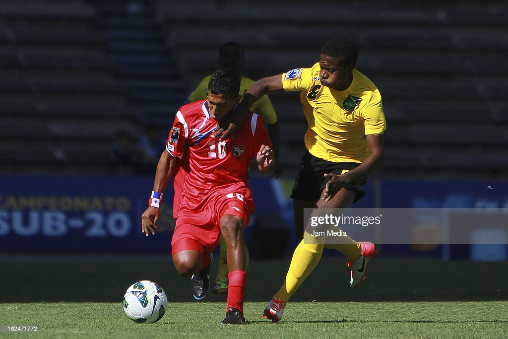 Jose Munoz (L) of Panama struggles for the ball with Romario Jones (R) of Jamaica during the championship game of the U-20 CONCACAF zone in the Cuauhtemoc stadium on February 23, 2013 in Puebla, Mexico