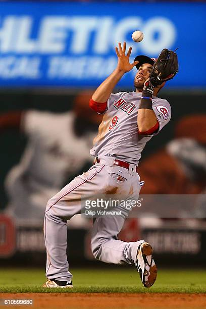 Jose Peraza of the Cincinnati Reds fields a roundball against the St. Louis Cardinals in the first inning at Busch Stadium on September 26, 2016 in...