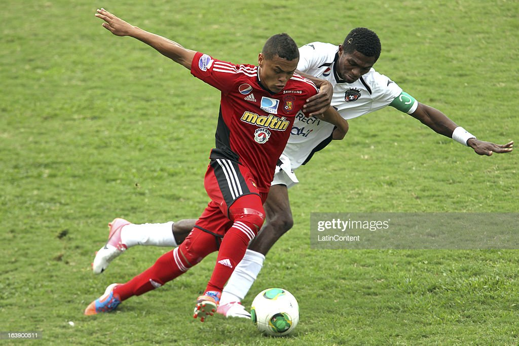 Jose Ramon Reyes of Caracas FC (L) fights for the ball during the match between Real Esppor Club and Caracas FC at Brigido Iriarte Stadium on March 17, 2013 in Caracas, Venezuela.