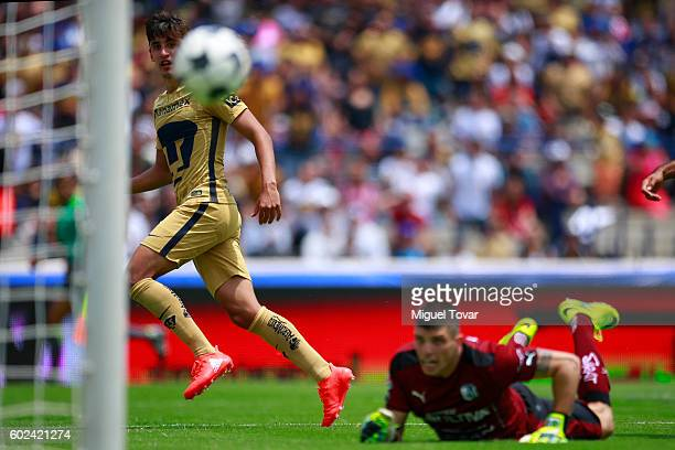 Josecarlos Van Rankin of Pumas scores past Tiago Volpi of Queretaro during the 8th round match between Pumas UNAM and Queretaro as part of the Torneo...