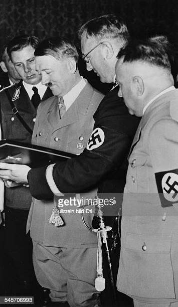 Josef Bürckel und Arthur SeyssInquart überbringen als Geschenk die Originalurkunden über die 'Wiedervereinigung' Österreichs mit dem Deutschen Reich...