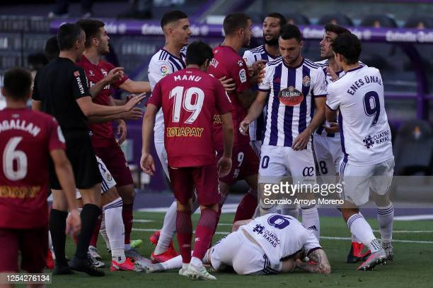 Joselu of Deportivo Alaves argues with Joaquin Fernandez Moreno and Matheus Fernandes of Real Valladolid during the Liga match between Real...