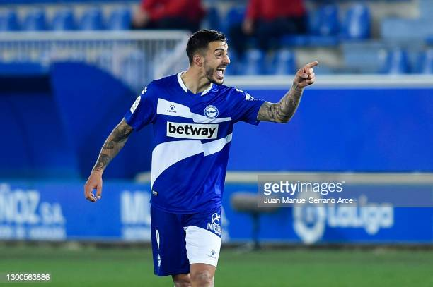 Joselu of Deportivo Alaves celebrates after scoring their team's first goal during the La Liga Santander match between Deportivo Alavés and Real...
