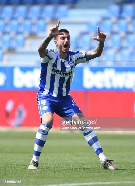 Joselu of Deportivo Alaves celebrates after scoring their team's second goal during the La Liga Santander match between Deportivo Alavés and Levante...