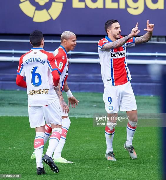Joselu Sanmartin of Deportivo Alaves and Deyverson Brum Silva of Deportivo Alaves celebrate a goal during the La Liga Santader match between Cadiz CF...