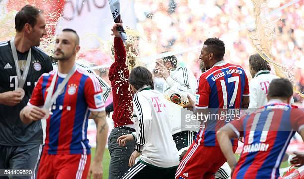 Josep Pep Guardiola Trainer FC Bayern München mit Jerome Boateng nach der Weißbierdusche FC Bayern München feiert die 24 deutsche Meisterschaft...